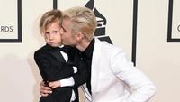 Bukan bersama wanita, Justin Bieber memilih untuk menggandeng adiknya, Jaxon yang cute. Jason Merritt/Getty Images for NARAS/detikFoto.