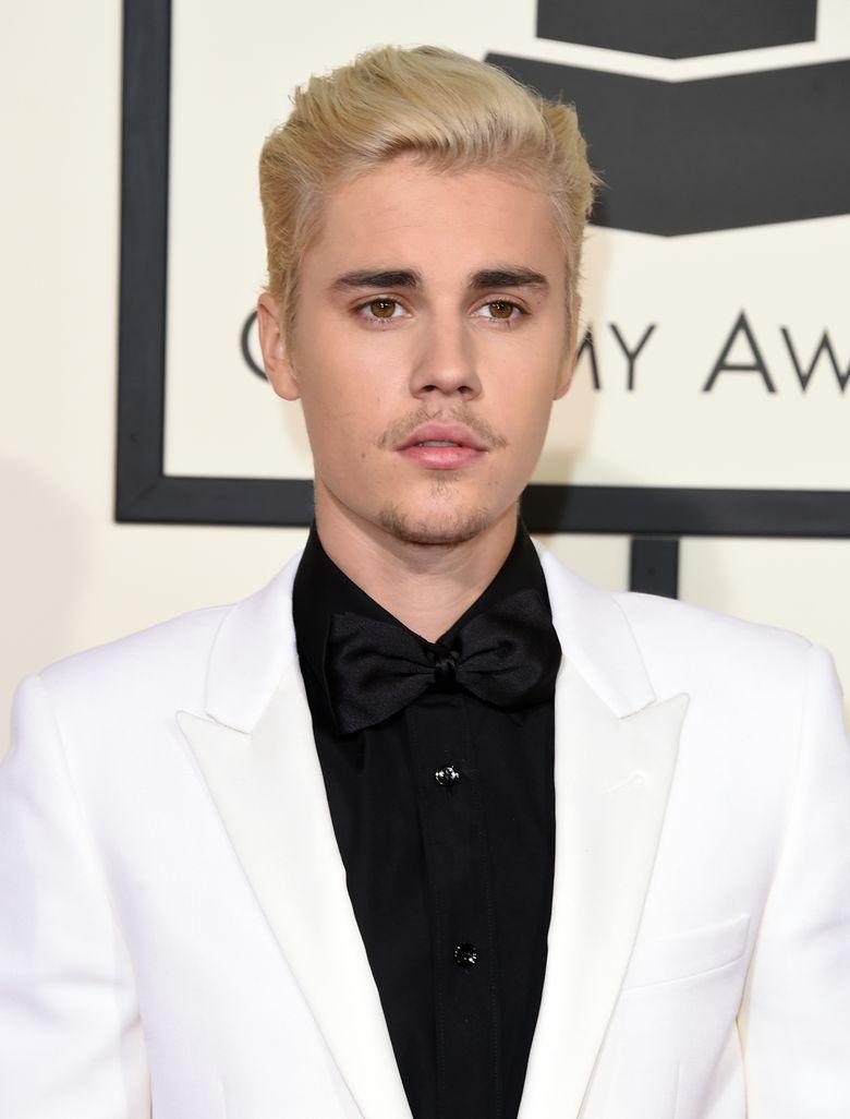 Justin tampil dengan rambut pirang dan kumis serta jenggot yang tipis. Jason Merritt/Getty Images for NARAS/detikFoto.