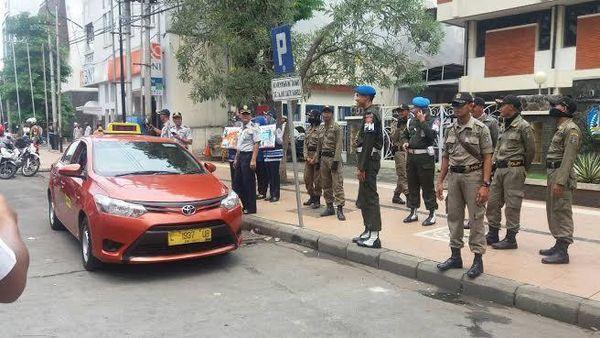 10 Kendaraan dan Tiga Digembosi Lantaran Nekat Parkir di Atas Pedestrian