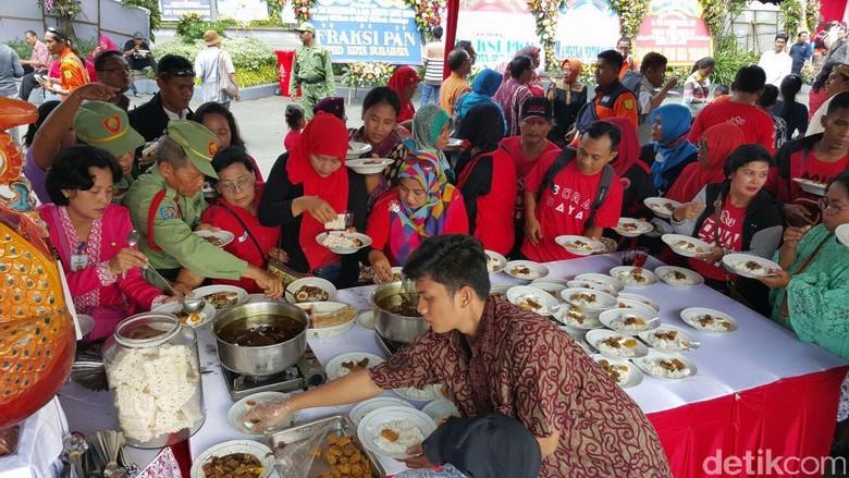 Warga Serbu Makanan Usai Pelantikan Risma