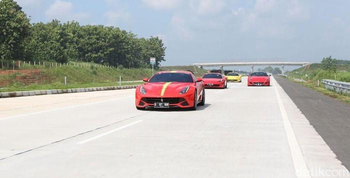 Komunitas pemilik Ferrari yang tergabung dalam FOCI (Ferrari Owners Club Indonesia) mengadakan touring ke Cirebon dan Bandung. Konvoi terbanyak dengan 74 mobil Ferrari berkumpul kawasan Senayan, Jakarta.