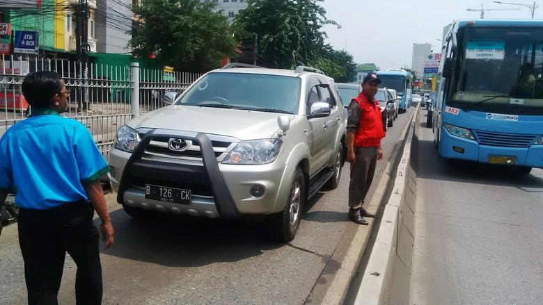 Mobil berkode CD mogok di jalur Busway di jalan warung jati Raya persis di depan RS JMC Jakarta Selatan akibatnya jalr bus way arah kuningan macet, Kamis (18/9/2016)