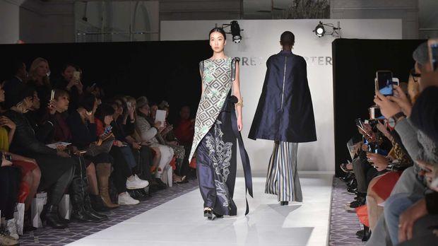 Desainer Indonesia, Denny Wirawan membawa wastra Indonesia ke panggung fashion dunia, Fashion Gallery New York Fashion Week (FGNYFW) 2016, melalui lini etniknya Balijava dengan koleksi Batik Kudus.