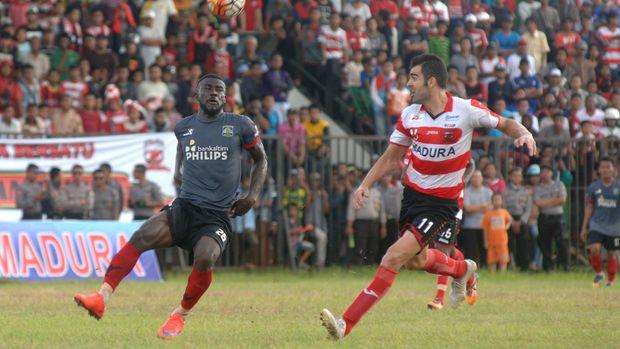 Suporter Madrua United juga melakukan tindakan serupa musim lalu.