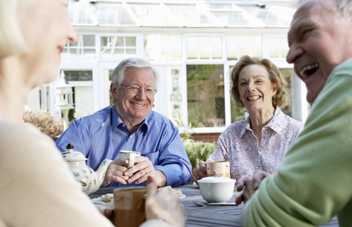Pada usia 55 tahun ke atas adalah waktu yang pas untuk menikmati masa pensiun dengan santai. Namun saat menginjak usia tersebut justru membuat gerak menjadi berkurang sehingga sulit menghabiskan waktu di luar rumah dan tentu lebih sedikit mendapatkan vitamin D ketimbang saat muda dulu. Tidak hanya itu, kulit yang menua pun tidak bisa mensintesis vitamin D secara efisien. Foto: thinkstock