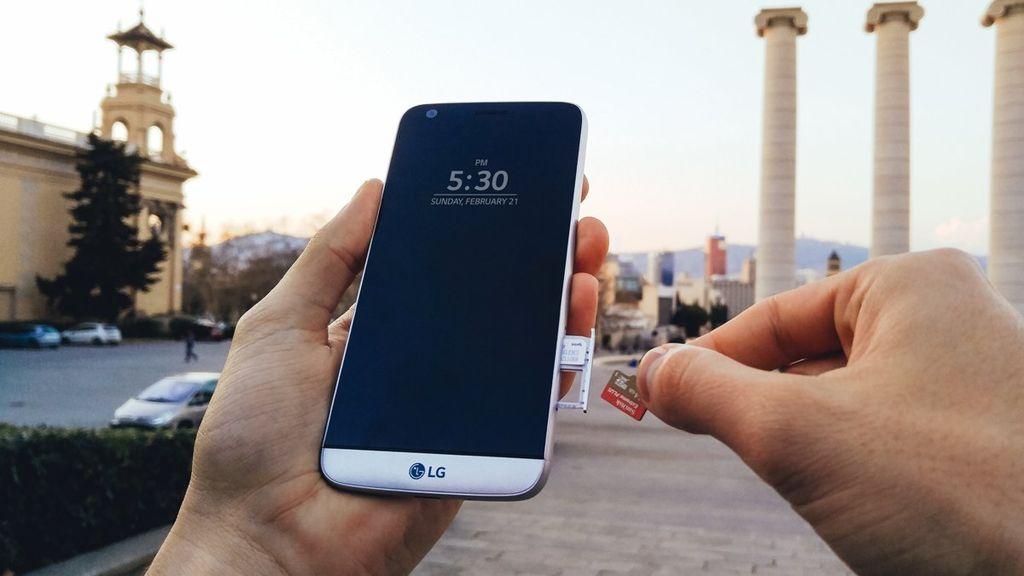 Inilah penampakan LG G5. Ia tampak seperti smartphone pada umumnya. Foto: LG