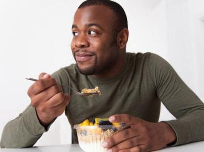 Pria yang sulit BAB akibat kurang nafsu makan/Foto: thinkstock