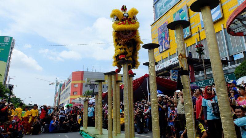 Pertunjukan barongsai mewarnai pembukaan karnaval pada Minggu (21/2/2016). Ribuan pengunjung memadati area sekitar panggung utama yakni depan LTC Glodok, Jalan Hayam Wuruk, Jakarta Barat (Sastri/detikTravel)