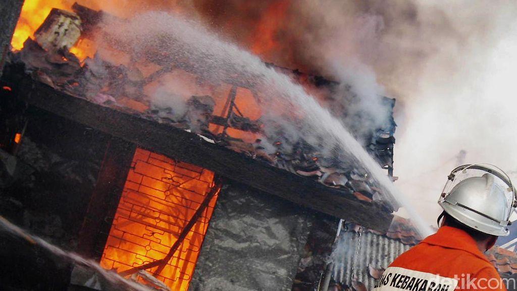 Sebuah Rumah di Cibubur Terbakar, 8 Unit Damkar Dikerahkan