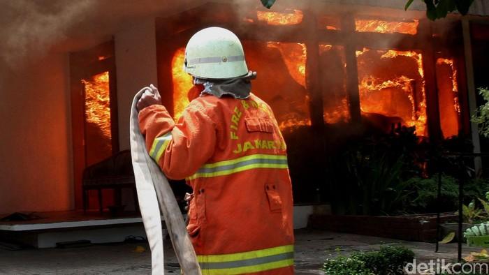 Sebuah rumah di wilayah Cilandak Barat, Jakarta Selatan, terbakar. Dinas Pemadam Kebakaran Jakarta Selatan mengerahkan 15 unit kendaraan untuk memadamkan api. Lokasi kebakaran berada di Jalan BN, Cilandak Barat, Kamis (19/11/2015). Lamhot Aritonang/ilustrasi/detikcom.