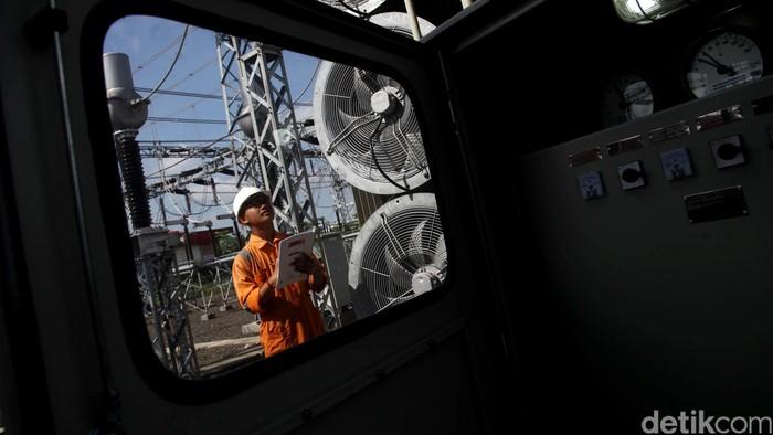 Pekerja melakukan pengecekan di Gardu Induk (GI) Milenium, Balaraja, Banten, Selasa (23/02/2016). PT Perusahaan Listrik Negara (PLN) hari ini resmi mengoperasikan Gardu Induk (GI) 150 kV Milenium 2x60 MVA beserta jaringannya. GI Milenium merupakan bagian dari Gardu Induk Tegangan Ekstra Tinggi (GITET) Balaraja ini untuk mendukung industri di Kawasan Industri Milenium dan pemukiman di kawasan Tiga Raksa, Cikupa, Tangerang. Grandyos Zafna/detikcom