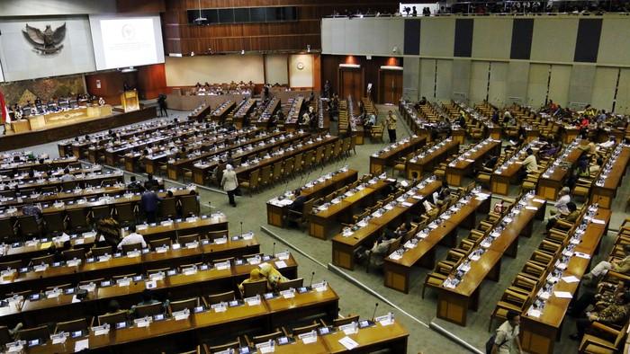 Dewan Perwakilan Rakyat menyetujui Rancangan Undang-undang tentang Tabungan Perumahan Rakyat (Tapera) menjadi Undang-undang dalam Rapat Paripurna di gedung DPR, Jakarta, Selasa (23/2/2016). Dengan disahkannya RUU ini menjadi UU maka pemerintah saat ini memiliki payung hukum untuk mewajibkan warga negara untuk menabung sebagian dari penghasilannya yang akan dikelola badan pengelola tapera untuk penyediaan rumah murah dan layak. Lamhot Aritonang/detikcom.