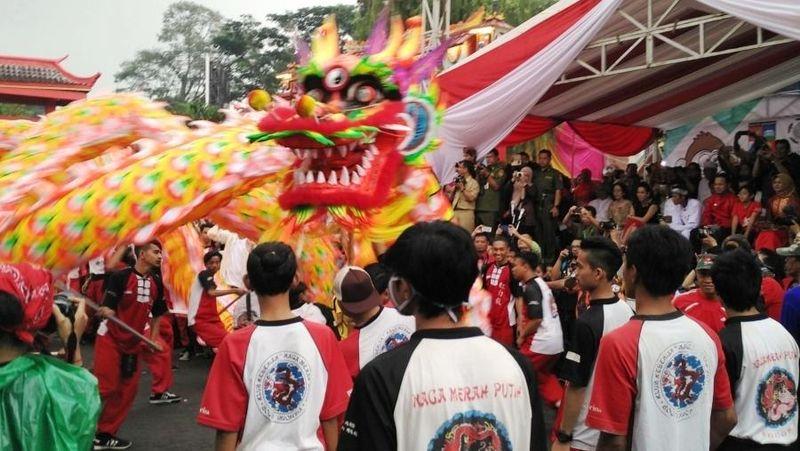 Perayaan Cap Go Meh Bogor berlangsung sangat meriah Senin (22/2) kemarin. Salah satu pertunjukan yang ditunggu-tunggu wisatawan adalah atraksi Liong alias Naga yang menari-nari di sepanjang lokasi acara (Wahyu/detikTravel)