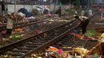 Sampah Hiasi Rel Kereta di Kawasan Stasiun Duri