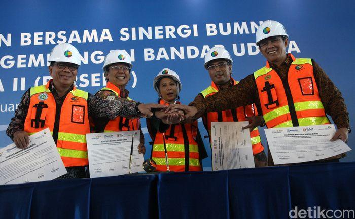 PT Angkasa Pura II (AP II) menjalin kerja sama dengan PT Bank Mandiri Tbk, PT Bank Rakyat Indonesia Tbk (BRI), dan PT Bank Negara Indonesia Tbk (BNI) terkait fasilitas pembiayaan sebesar Rp 2,1 triliun. Kerja sama tersebut dikukuhkan dengan penandatanganan pakta komitmen sinergi BUMN yang digelar di Terminal 3 Ultimate Bandara Soekarno-Hatta, Tangerang, Rabu (24/2/2016).