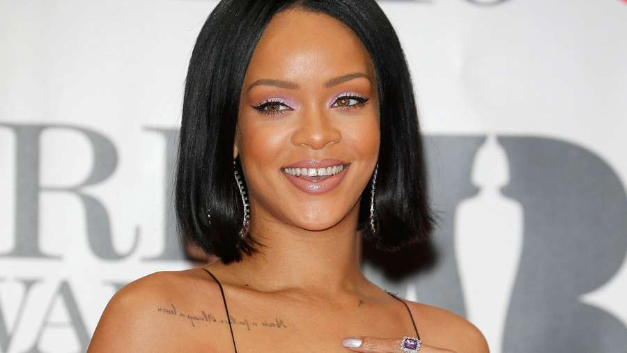 Penampilan Rihanna di Red Carpet BRIT Awards 2016