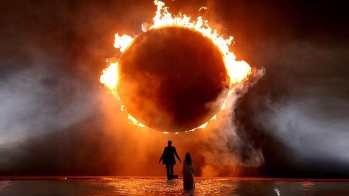 Cincin api melambangkan gerhana matahari total saat upacara pembukaan pesta olahraga Eropa 2015 di Baku, Azerbaijan.