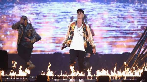 On Fire! Justin Bieber Bakar BRIT Awards 2016