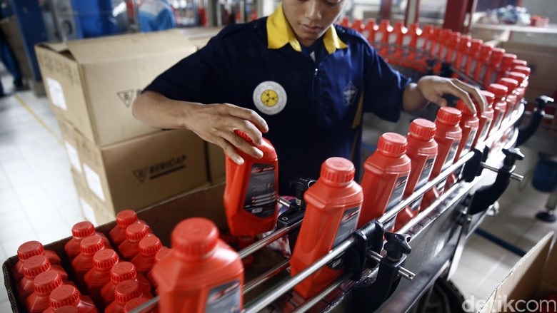 Pekerja menyeleksi kemasan Federal Oil di Pabrik Pelumas Kawasan Industri Pulo Gadung Jakarta. Foto: Rachman Haryanto
