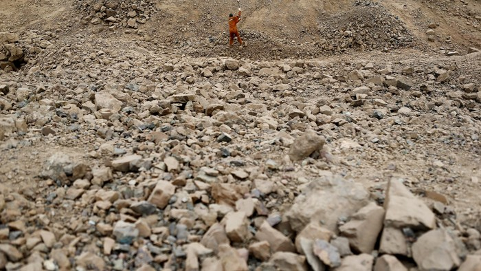 A miner uses a hammer to crush rocks with ore at Tierra Amarilla town, near Copiapo city, north of Santiago, Chile, December 16, 2015. As copper prices have slid to a more than six-year low, miners laboring away at the countless smaller mines that pock mark the Atacama desert are finding the buckets of ore they spend all day digging from the ground are fetching less and less money.   Picture taken December 16, 2015. REUTERS/Ivan Alvarado