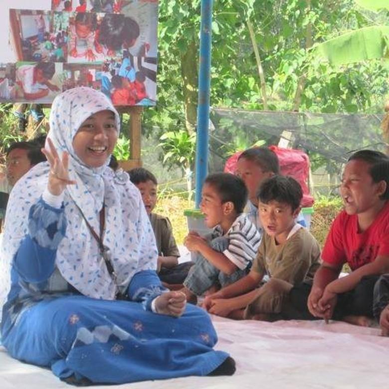 Heni Sri Sundani, Mantan TKW yang Mendunia Karena Peduli Pada Anak Petani