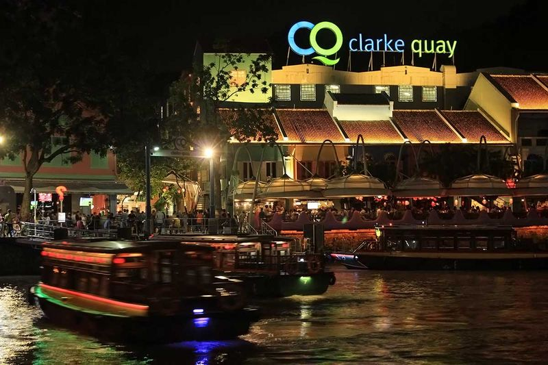 Clarke Quay adalah kawasan terbuka di Singapura. Di sini, terdapat sungai dengan deretan restoran di sekitarnya (Johanes Randy/detikTravel)