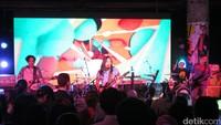 Neurotic juga ikut meramaikan acara dengan menyanyikan lagu Bila Aku Jatuh Cinta dari Nidji. Dicky Ardian/detikHOT.