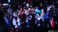 Surprise! Para istri dan orangtua Giring, Ariel, Rama, Adri, RunD dan Andro memberi kejutan dengan menyanyikan lagu Laskar Pelangi. Reno Hastukrisnapati/detikFoto.