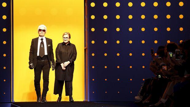 Karl Lagerfeld dan desainer Italia Silvia Venturini Fendi, di ajang Milan Fashion Week 2016.
