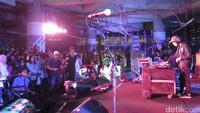 DJ Kronutz membuka NIDJIdAnni14sary yang digelar di Kuningan City, Jakarta Selatan lewat lagu-lagu elektronik santai bernuansa drum & bass. Dicky Ardian/detikHOT.