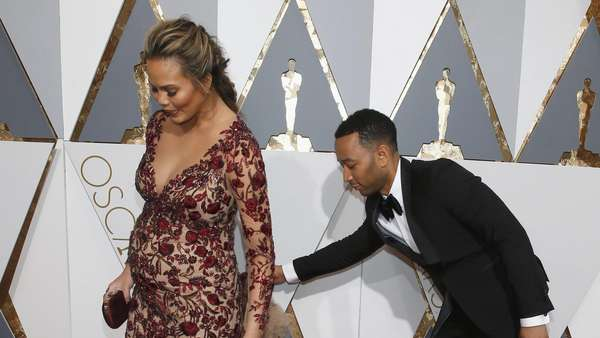 Couple Goals! Kemesraan John Legend dan Chrissy Teigen di Oscar