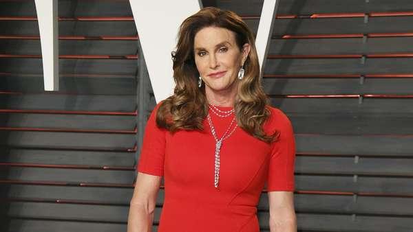 Caitlyn Jenner Merah Menyala di Pesta Oscar Vanity Fair