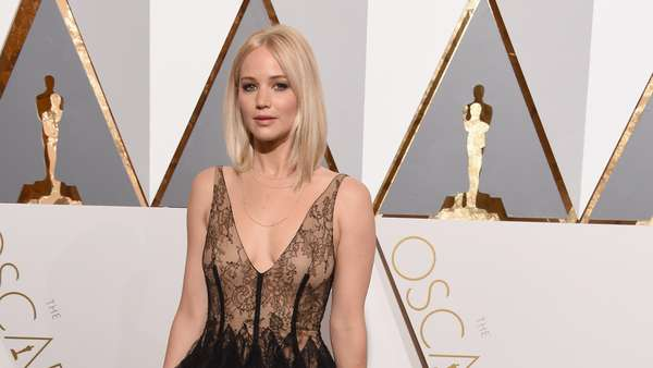 Jennifer Lawrence Cantik Bergaun Renda di Red Carpet Oscar 2016