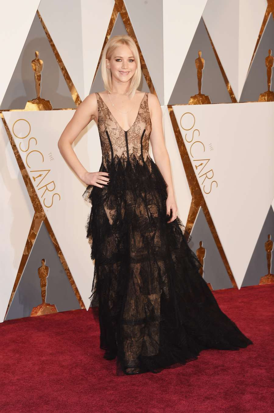 Jennifer Lawrence Cantik Bergaun Renda di Red Carpet Oscar 2016