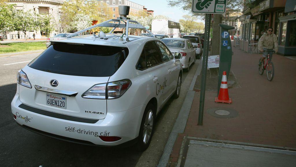 Mobil Tanpa Sopir Buatan Google Tabrak Bus