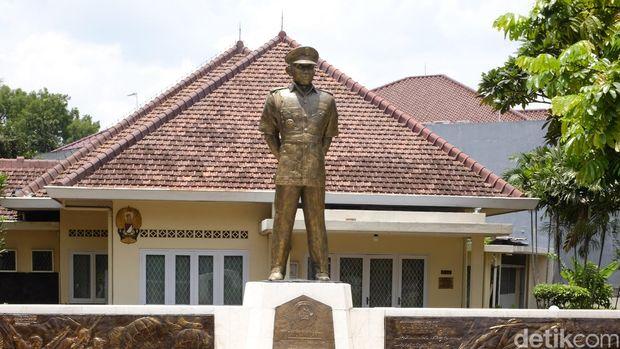 Patung pahlawan revolusi Ahmad Yani berdiri di depan Museum Sasmita Lokal Ahmad Yani di persimpangan Jl Lembang 58 dan Jl Latuharhari 65, Jakarta.