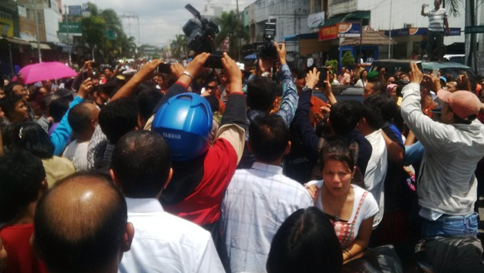 Suasana keramaian saat Jokowi turun dari mobil (Foto: M Iqbal/detikcom)