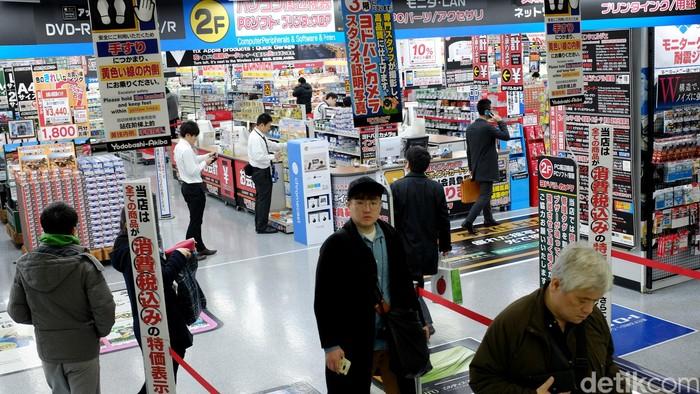 Turis dan warga lokal berada di Yodobashi-Akiba, destinasi wisata belanja khusus barang elektronik dan game di Tokyo, Jepang.