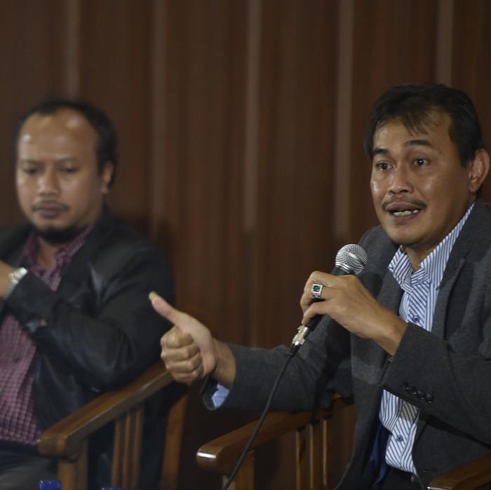 Ketua Panja RUU Karantina Ibnu Multazam (kanan) bersama Ketua YLKI Tulus Abadi (kiri) menjawab pertanyaan wartawan dalam diskusi terkait RUU Karantina di Komplek Parlemen Senayan, Jakarta, Selasa (1/3). RUU inisiatif DPR tersebut dimaksudkan untuk memproteksi seluruh jenis makanan yang menjadi kebutuhan rakyat dan menghindari ancaman keamanan serta penyakit dari negara lain. ANTARA FOTO/Puspa Perwitasari/foc/16.
