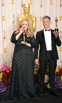 Perut Ramping Adele di After Party Oscar Jadi Sorotan
