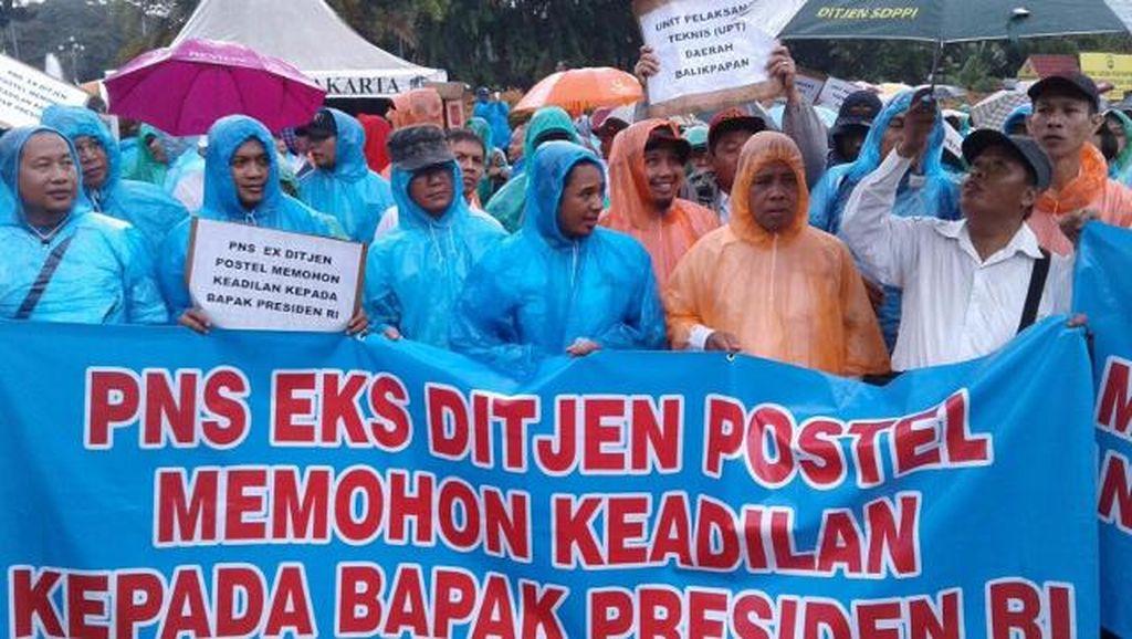 PNS Eks Ditjen Postel Demo Istana Demi Jastel