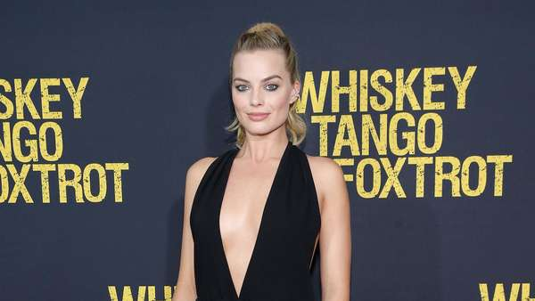 Sexy in Black Margot Robbie Dalam Gaun Hitam