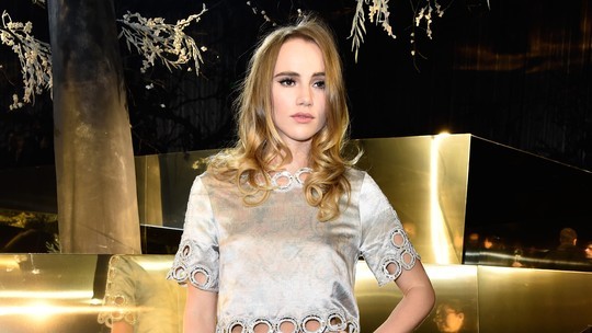 Suki Waterhouse vs Emma Roberts, Siapa Lebih Stylish Berbaju Silver?