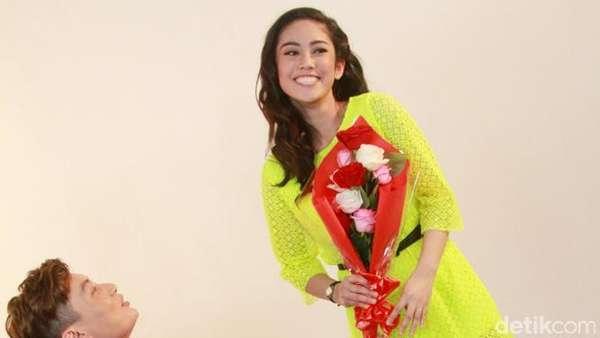 Edric Tjandra Mesra-mesraan dengan Naomi Papilaya