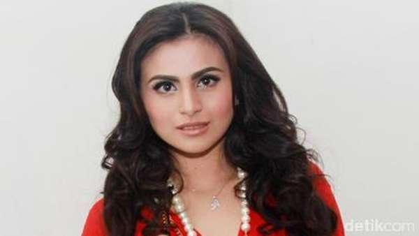Jadi Model Video Klip Billy Syahputra, Asha Shara Merah Membara