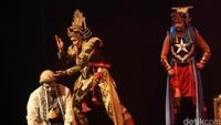 Saat pesta pernikahan Arjuna harus memotong kuncung Semar. Hal itu tentu saja merupakan penghinaan besar bagi semar dan keluarganya.