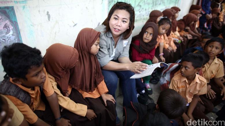 Indri bercengkerama dengan siswa-siswi SD Lamreh, Aceh Besar dalam Datsun Risers Expedition (Foto: Grandyos Zafna)