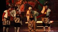 Puluhan tahun berlalu, kritik sosial yang dilontarkan Teater Koma masih berjalan sampai sekarang ini. Jika Semar 21 tahun mengkritik Soeharto, kini semua orang menjadi Semar.