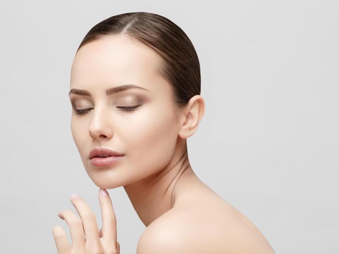 Ilustrasi wanita memakai krim wajah. Foto: Thinkstock