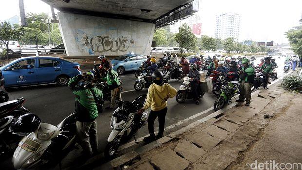 Hujan, motor berteduh di bawah kolong jembatan